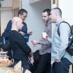 בוגרים של קורס SEO משוחחים בכנס בתל אביב